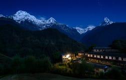 Ghandruk och den Annapurna massiven på natten Arkivbild