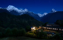 Ghandruk und das Annapurna-Gebirgsmassiv nachts Stockfotografie