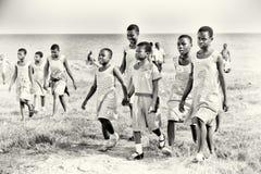 Ghanese kinderen die de zelfde kleren dragen stock afbeelding