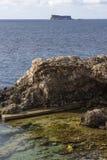 Ghar Lapsi con la isla de Filfla en la distancia Imagen de archivo libre de regalías