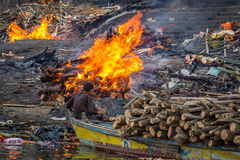 Ghat ardente de Varanasi fotos de stock royalty free