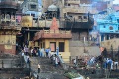 Ghat ardente no riverbank em Varanasi, Índia Foto de Stock Royalty Free