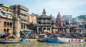 Ghat ardente no riverbank em Varanasi, Índia Fotografia de Stock Royalty Free