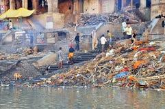 Ghat de queimadura em Varanasi, India Imagens de Stock