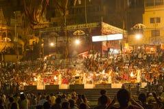 Ghat principal colorido en Varanasi cerca Foto de archivo