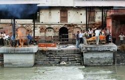 Ghats ardiendo en Pashupatinath Imágenes de archivo libres de regalías