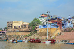 Ghats auf der Ganges-Riverbank in Varanasi, Indien Stockbilder
