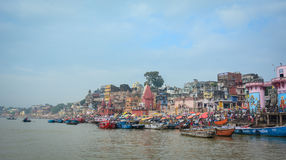 Ghats auf der Ganges-Riverbank in Varanasi, Indien Lizenzfreies Stockfoto