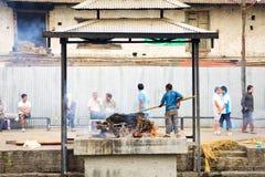 Ghats de la cremación en Nepal imagenes de archivo