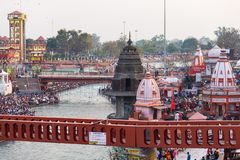 Ghats e templos santamente em Haridwar, Índia, cidade sagrado para a religião hindu Peregrinos que rezam e que banham-se no Gange imagens de stock