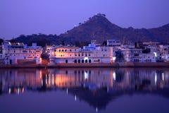 Ghats en el lago pushkar, Rajasthán, la India Imágenes de archivo libres de regalías