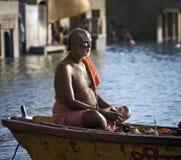Ghats hindú en el río Ganges - Varanasi - la India Fotos de archivo libres de regalías