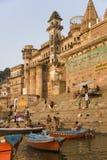 Ghats hindú - río Ganges - Varanasi - la India Foto de archivo