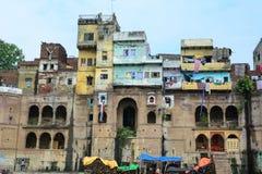 Ghats no riverbank de Ganges em Varanasi, Índia Imagens de Stock