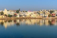 Ghats przy Pushkar jeziorem w Rajasthan indu zdjęcie stock