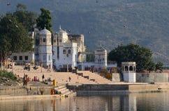 Ghats santi della gente nella sera nel lago sacro Sarovar, Pushkar, India Fotografia Stock Libera da Diritti