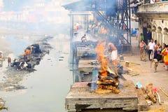 Ghats y ceremonia de la cremación en Nepal fotografía de archivo libre de regalías