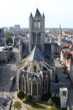 Ghent Belgien - SEPTEMBER 25, 2018: Sikt fr?n en h?g po?ng p? gotiska Stets Nicholas kyrka arkivbild
