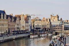 Ghent, Flanders do leste, Bélgica, o 17 de outubro de 2018: Vista do canal da água e de construções medievais ao longo dos cais G imagem de stock royalty free