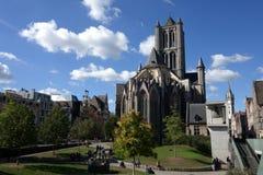 ghent Gotiska Stets Nicholas kyrka och jätte- klocka arkivfoton
