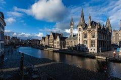 Ghent kanal och Graslei gata. Ghent Belgien arkivbilder