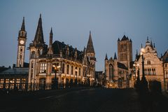 Ghent medeltida arkitektur på natten royaltyfri fotografi