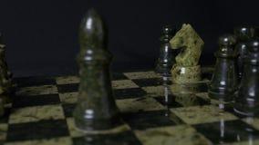 Ghess白马击败黑典当 选择聚焦 棋、马和典当 棋子细节在黑背景的 免版税库存图片