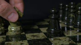 Ghess白马击败黑典当 选择聚焦 棋、马和典当 棋子细节在黑背景的 库存照片