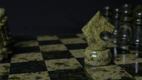 Ghess白马击败黑典当 选择聚焦 棋、马和典当 棋子细节在黑背景的 免版税库存照片