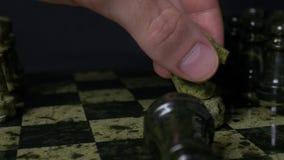 Ghess-Schimmel besiegt schwarzes Pfand Selektiver Fokus Schach, Pferd und Pfand Details der Schachfigur auf schwarzem Hintergrund stock footage