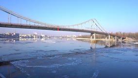 Ghiacci entrare sul fiume Dnepr, a Kiev Giorno di inverno soleggiato, timelapse video d archivio