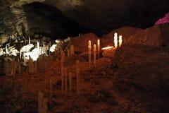 Ghiacci gli stalagmites nella caverna di ghiaccio di Kungur fotografia stock
