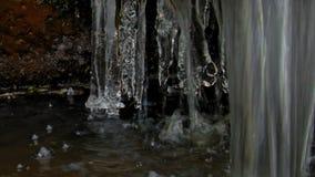 Ghiacci i ghiaccioli su una fontana di congelamento nell'inverno archivi video