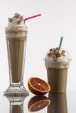 Ghiacci il caffe in tazza asportabile di vetro e di plastica, decorata con la frusta Fotografie Stock