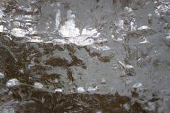 Ghiacci il fondo con i segni pattinare e da hockey La pista di pattinaggio del hockey su ghiaccio graffia la superficie fotografia stock
