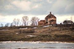Ghiacci la deriva sul fiume un piccolo a nord della Russia Fotografia Stock