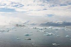Ghiacci la laguna un giorno soleggiato con una certa nebbia, Jokulsarlon, Islanda Fotografia Stock Libera da Diritti