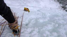 Ghiacci la scalata nelle alpi svizzere un giorno di inverno splendido Immagine Stock