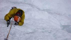 Ghiacci la scalata nelle alpi svizzere un giorno di inverno splendido Fotografie Stock Libere da Diritti