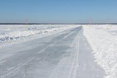 Ghiacci la strada in neve sul serbatoio di acqua congelato nell'inverno Fotografia Stock Libera da Diritti