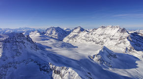 Ghiacci la valle di flusso nella vista dell'elicottero di regione di Jungfrau nell'inverno Fotografie Stock Libere da Diritti