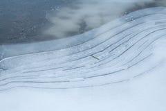 Ghiacci sul lago un la mattina fredda dell'inverno fotografia stock
