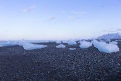 Ghiacci sulla sabbia nera e sulla piccola spiaggia della roccia, Islanda Fotografie Stock
