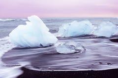 Ghiacci sulla spiaggia nera di Jokulsarlon, Islanda Immagine Stock Libera da Diritti