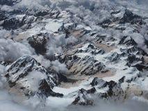 Ghiacciai himalayani fotografati da un aeroplano: picchi di alta montagna coperti di ghiaccio bianco freddo, al piede di neve di  Fotografie Stock