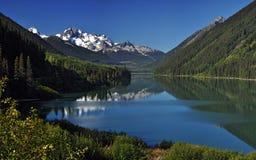 Ghiacciai sopra il lago della montagna Fotografia Stock