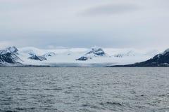 Ghiacciaio che incontra l'oceano alle Svalbard in Norvegia Fotografia Stock