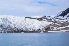 Ghiacciaio che incontra l'oceano alle Svalbard in Norvegia Immagine Stock
