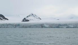 Ghiacciaio che incontra l'oceano alle Svalbard in Norvegia Immagini Stock Libere da Diritti