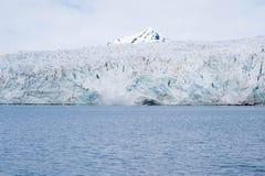 Ghiacciaio che incontra l'oceano alle Svalbard in Norvegia Fotografia Stock Libera da Diritti